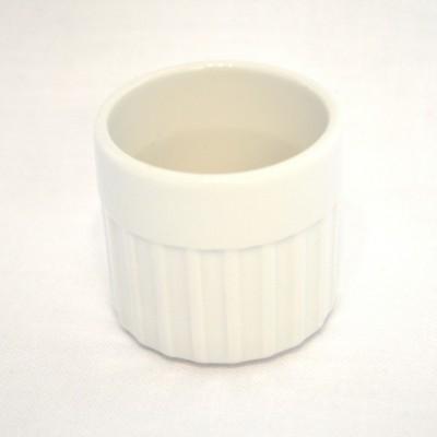 Coquetier cannelé en porcelaine blanche.