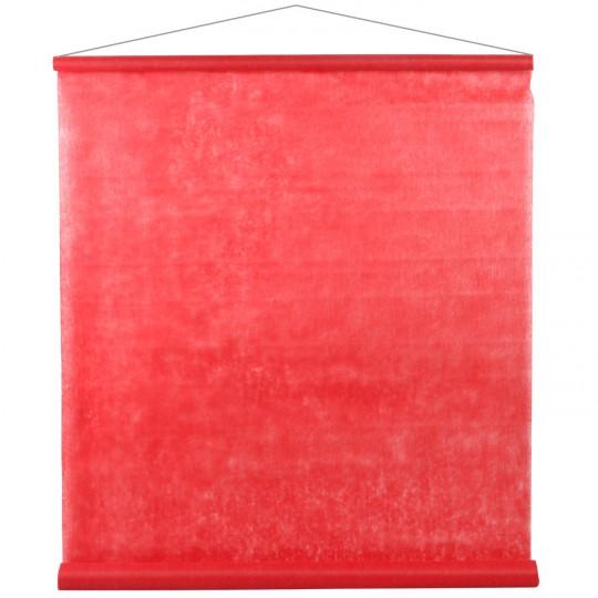 Tenture rouge pour la salle en intissé polyester.