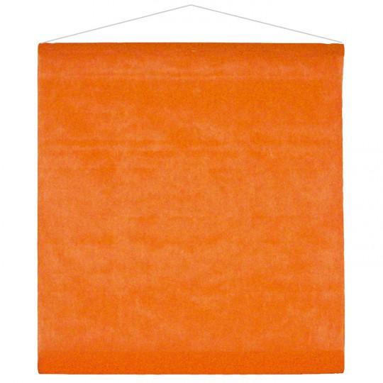 Tenture orange pour la salle en intissé polyester.