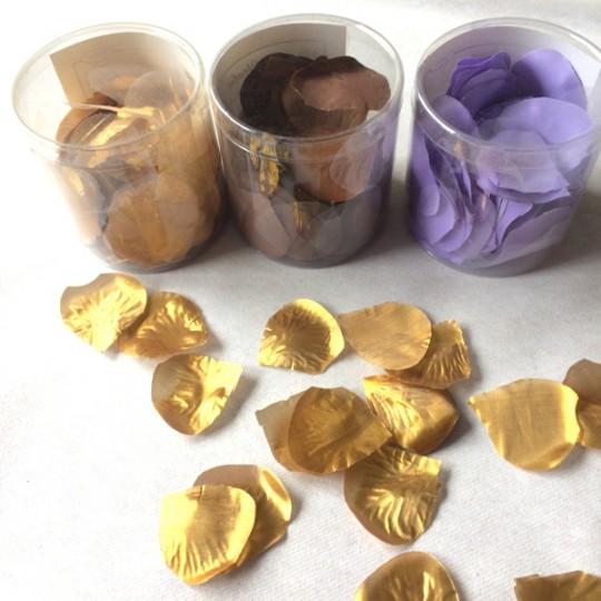 Boite de 120 pétales de rose coloris or, chocolat ou parme