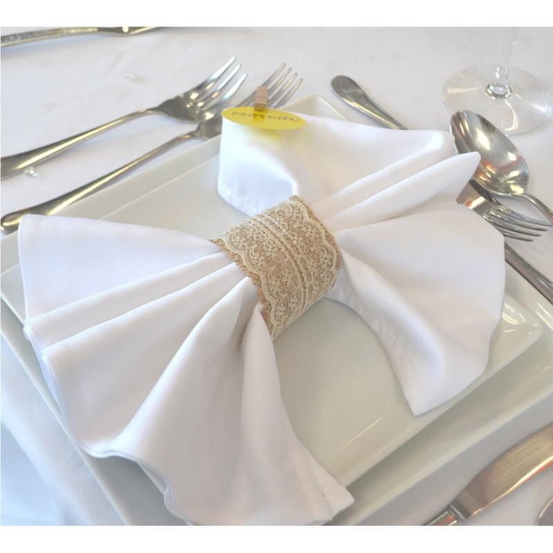 serviette blanche tissu elles est coordonn e avec la nappe blanche. Black Bedroom Furniture Sets. Home Design Ideas