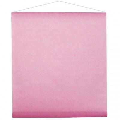 Tenture rose pour la salle en intissé polyester.