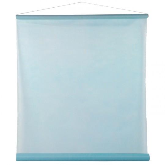 Tenture bleu ciel pour la salle en intissé polyester.